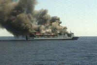 Z hořícího trajektu zachránili všech 156 lidí: Oheň se šířil zgaráží