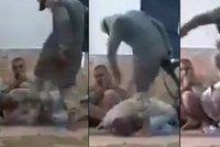 Kouřil jsi cigáro? Rozšlapu ti hlavu! ISIS na drsném videu trestá i ve vlastních řadách