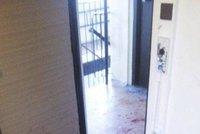 Opilec napadl nožem souseda, který bránil svou matku: Pak vyběhl na policisty