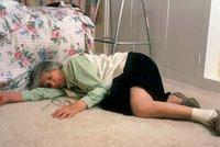 Opilý muž nechal umírat vlastní matku na podlaze! Dal přednost spánku