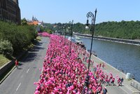 Praha zrůžověla. Bojovníci proti rakovině prsu vyrazili ze Staromáku na Štvanici