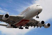Největšímu dopravnímu letadlu praskají křídla. Airbus zkontroluje starší modely A380