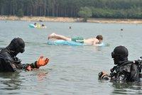 Potápěči hledají tělo muže (60) v jezeře Lhota. Lidem to při koupání nevadí
