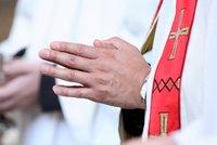 Další chlípný farář? Mladá dívka tvrdí, že ji znásilnil římskokatolický kněz!