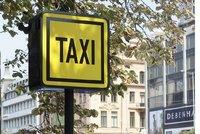 Rozhoduje cena, přesto Pražané riskují: 6 z 10 lidí si bere dražší taxi z ulice