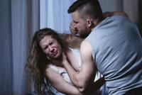 Násilník na ulici zkopal svou přítelkyni a vytrhal jí vlasy. Strážníkům tvrdil, že je opilá