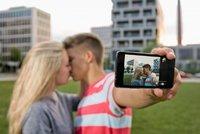 Zloději z Berouna si ukradeným mobilem fotili selfie. Snímky viděl majitel na notebooku