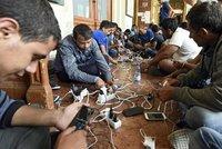 Uprchlík nové generace: Orientuje pomocí Facebooku a GPS, komunikuje po WhatsAppu