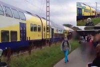 Vlak rozpůlil na přejezdu zaseknutý školní autobus! Jelo v něm 60 dětí