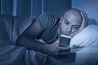 Epidemie nespavosti v Česku: Tablety a mobily ničí spaní i malým dětem