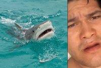 Podívejte se, jak mi trčí maso! Rybář si natočil útok žraloka