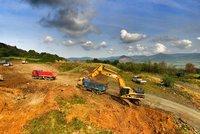Stát žaluje majitele lomu, který zasypal dálnici D8. Škody vyjdou až na miliardu