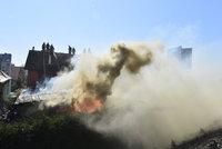 Na Černém mostě hoří garáže: V ohrožení jsou i rodinné domy