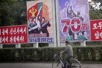 Drony, tisíce vojáků, umělé květiny: Severní Korea slaví 70 let komunismu