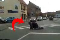 To musíte vidět! Opilec lezl přes křižovatku ve Strážnici po čtyřech
