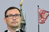 """Vlajka z Hradu dál chybí, policie povolala rosničky a stát chce """"rudé trenýrky"""""""