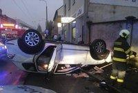 Řidič v Českých Budějovicích měl krátce ztratit vědomí: Auto  skončilo na střeše