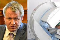 Ministr Němeček koupil gama nůž za 200 milionů, policie část peněz zabavila