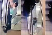 Šokující video: Holčička (5) si hrála u eskalátoru, spadla přitom z druhého patra