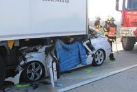 Kamion v koloně sešrotoval osobák: Řidič neměl šanci přežít