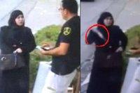Zahalená žena si povídala se strážníkem, pak vytáhla nůž a začala bodat: Útok zachytily kamery