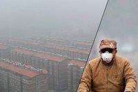 Vidíte, že nic nevidíte: Čína se ponořila do smogu, s maskami jezdí i cyklisté