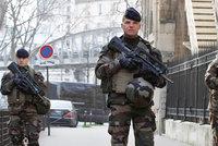 Paříž v obležení: Ulice hlídají vojáci se samopaly a ozbrojení policisté