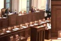 """Interpelace bez ministrů, """"přiletěl"""" jen Pelikán. Jsou přežitkem, říká politolog"""
