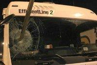 Ochrání kamioňáky před migranty armáda? Britští dopravci po tom volají