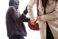 Udeřil seniorku a vytrhl jí kabelku: Zločince dohnali dva mladíci a předali ho policii