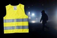"""Expert o """"svícení"""" chodců na silnici: Minimum je páska na kotníku či zápěstí"""
