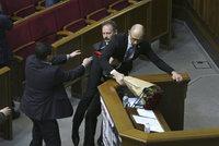 Parlamentní rvačka: Jaceňuka vzal poslanec za rozkrok, pak přišly pěsti
