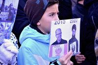 OBRAZEM: Dítě s islámským Sobotkou a další detaily z protestu příznivců Zemana