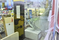 Zloděj vjel autem do výlohy obchodu: Ukradl zboží za půl milionu