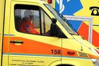 Záhadné umrtí v Prostějově: Mladého muže v pyžamu těsně před smrtí našla kolemjdoucí na chodníku, zřejmě skočil z okna