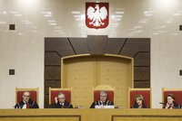 """Polský ústavní soud odmítá zásahy do fungování. Vláda ho donutí """"silou"""""""