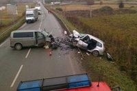 Čelní srážka dvou aut u Boskovic: Řidič osobáku nepřežil