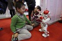 """""""Ich bin Nao."""" Malé uprchlíky bude německy učit robot"""
