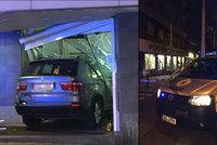 Drsná nehoda v Praze: Tramvaj odpálila auto do výlohy obchodu!