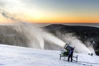 """Sněžná děla """"fučí"""" už od kuropění, lyžařům připraví sjezdovky na víkend"""