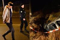 Extrémně opilá partička bourala v Praze: Jejich vůz skončil ve strouze