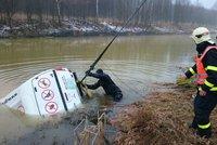 Teréňák skončil v nádrži: Potopil se do pětimetrové hloubky