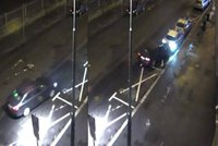 Brunetka v luxusním audi nabourala ve Varech dvě policejní auta přímo před služebnou! A ujela…