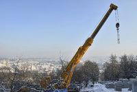 Na Petřín se vyšplhal obří jeřáb. Postaví novou lanovku