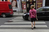 Auto na přechodu v Plzni srazilo dvě školačky (9 a 14): Jelo na červenou!