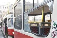 Šarvátku cestujících v tramvaji odneslo vysklené okno. Policie hledá dvě svědkyně