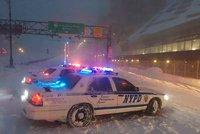 Po sněhové bouři v USA 19 mrtvých. Lidé zemřeli na silnicích i při úklidu