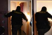 Drogový dealer nenastoupil do kriminálu a zamkl se v bytě: Policie otevřela čtyřmi kopy