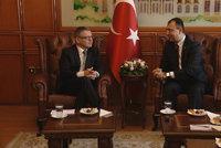 Zaorálek v Turecku: Veze 10 milionů na pomoc uprchlíkům, sklízí kritiku