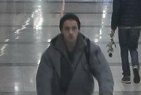 Na chvilku si zdříml a grázlík mu v metru ukradl kolo: Poznáváte zloděje?